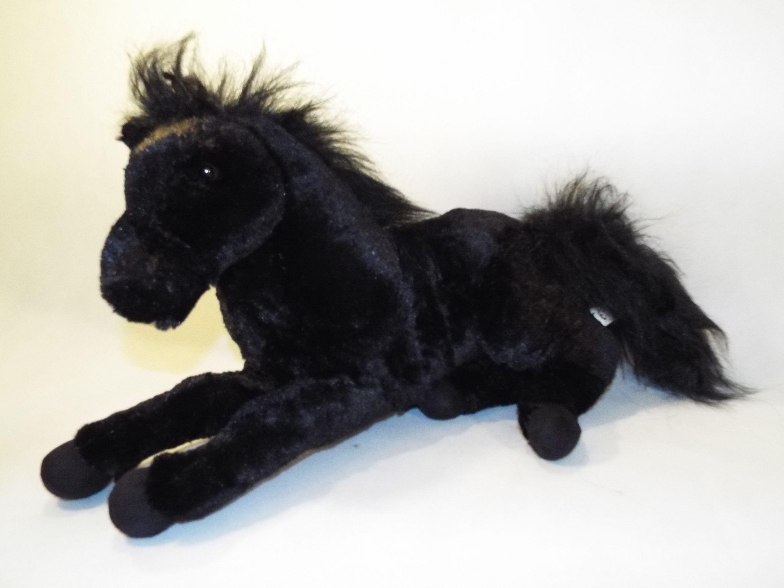 Plyšový kôň čierny ležiaci